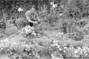 Mineur entretenant son jardin